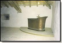baignoire en cuivre sur socle en billot de boucher. Black Bedroom Furniture Sets. Home Design Ideas